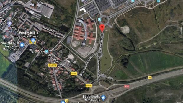 Ein Satellitenbild zeigt eine Krankenhausgelände in Calais sowie mehrere Kreisel und eine Autobahn