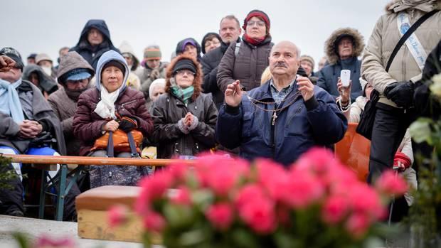 Salvatore Caputa, selbst ernannter Seher aus Italien, blickt während der angeblichen Erscheinung der Heiligen Maria in den Himmel. Das Erscheinen der Maria soll sich durch den Duft nach Rosen bemerkbar machen.
