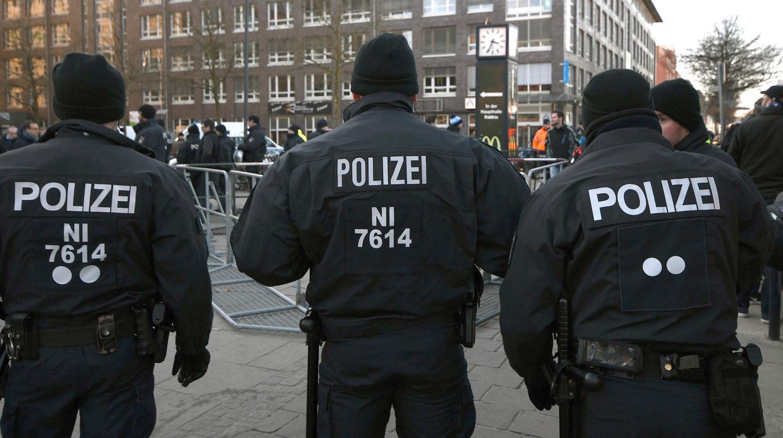 Die Polizei muss immer wieder vor und bei Fußballspielen eingreifen (Symbolbild)
