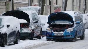 Leipzig: Einem Auto wird Starthilfe gegeben. Das Winterwetter hat Deutschland weiterhin fest im Griff.