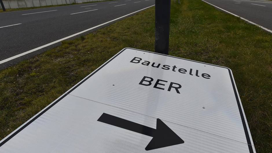 Umgekipptes Schild weist den Weg zur Baustelle des Flughafens Berlin Brandenburg