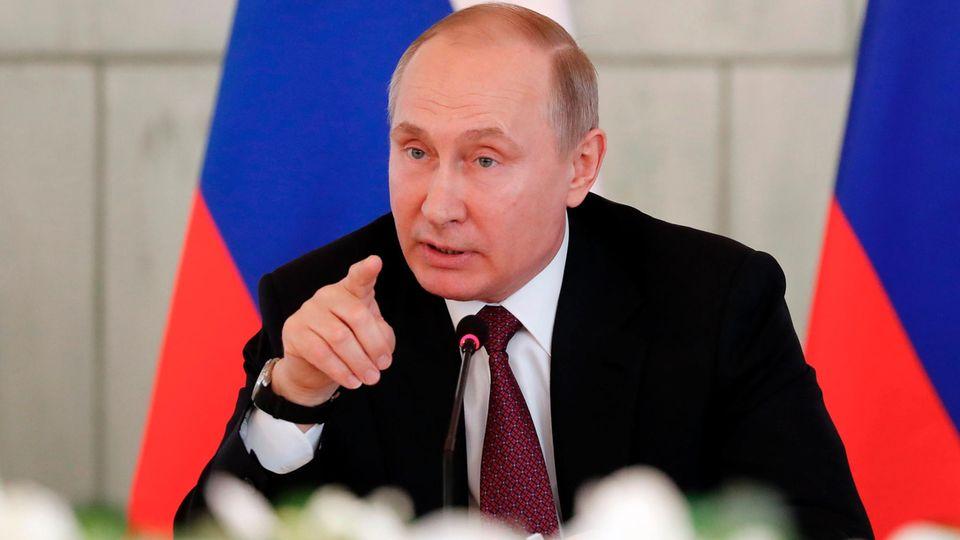 Waldimir Putin beim Besuch eines medizinischen Forschungszentrums