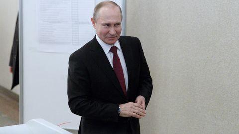 Wladimir Putin verlässt das Wahllokal