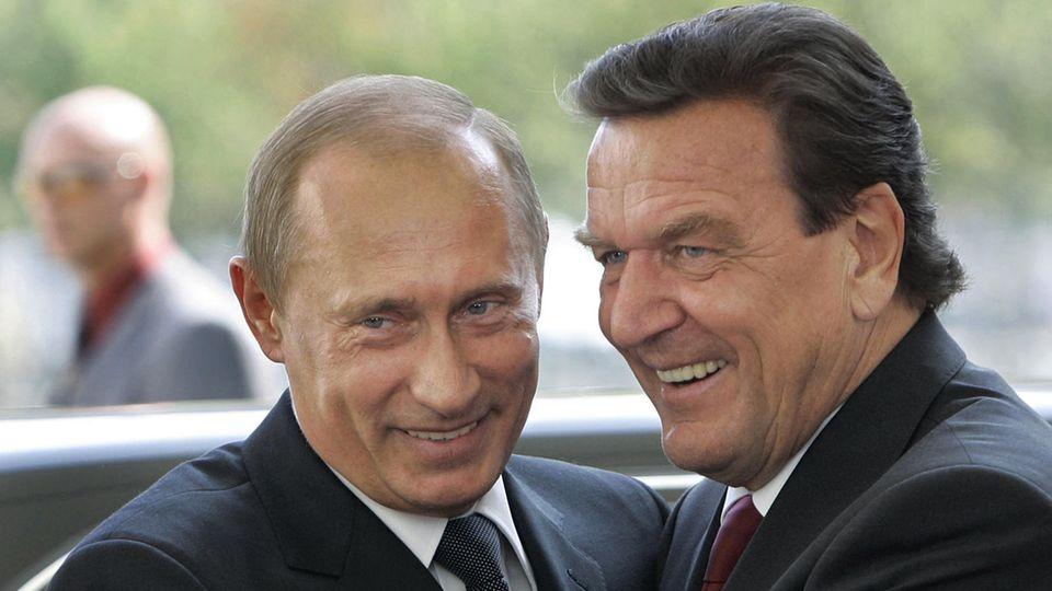 Der damalige Bundeskanzler Gerhard Schröder und Wladimir Putin begrüßen sich am 8. September 2005 in Berlin