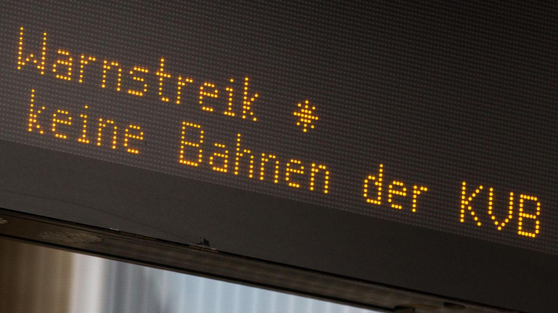 """Auf einer Anzeige steht: """"Warnstreik. Keine Bahnn der KVB"""""""