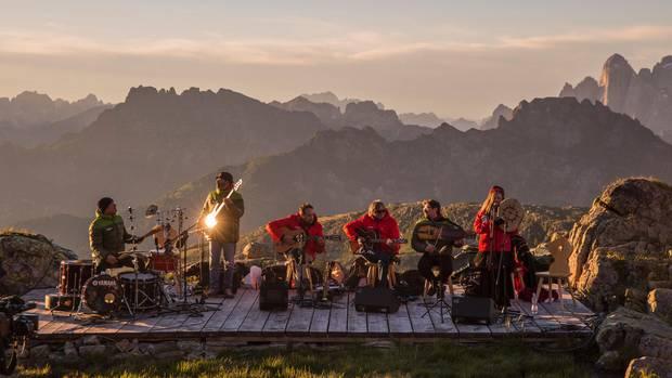 Im Einklang mit der Natur: Festivals und Events  Schon seit mehr als zwei Jahrzehnten werden die Sounds of the Dolomites veranstaltet, eines von vielen Musik-Festivals unter freiem Himmel. Die Bandbreite von den Live-Konzerten vor Bergkulissen reicht von Rock über Jazz und Folk bis Klassik und Weltmusik. In diesem Jahr wird es vom 30. Juni bis zum 31. August veranstaltet.