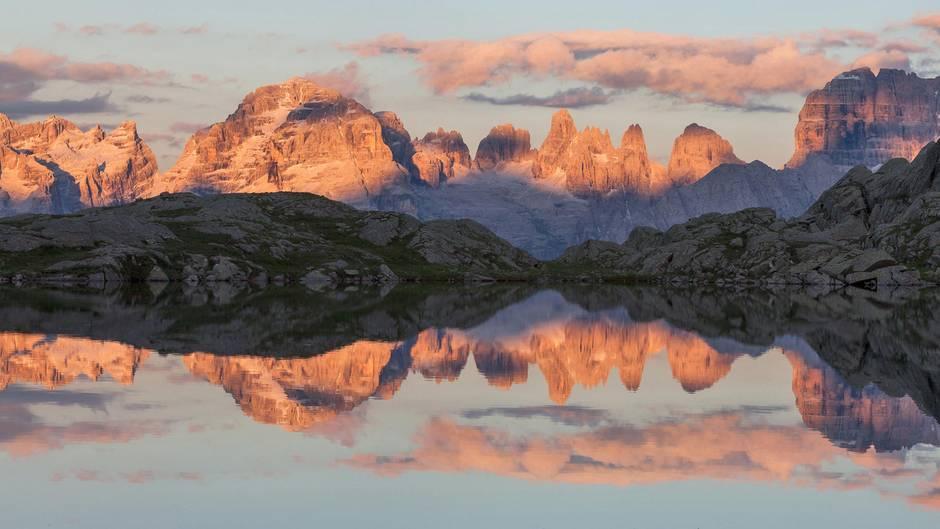 """Grandiose Grate und Gipfel: die Dolomiten  Die Unesco hat die Dolomiten im Juni 2009 wegen ihrer """"einzigartigen Landschaft und Schönheit sowie der wissenschaftlichen Bedeutung ihrer Geologie und Geomorphologie in die Welterbeliste"""" aufgenommen. Auf Trentiner Boden liegen unter anderem die Brenta-Dolomiten (Foto), Teile der Sella-Gruppe und der Marmolada."""