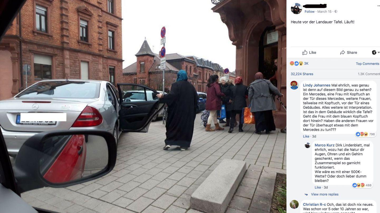 Eine Frau mit Kopftuch und langem Mantel hält die Tür eines Mercedes auf
