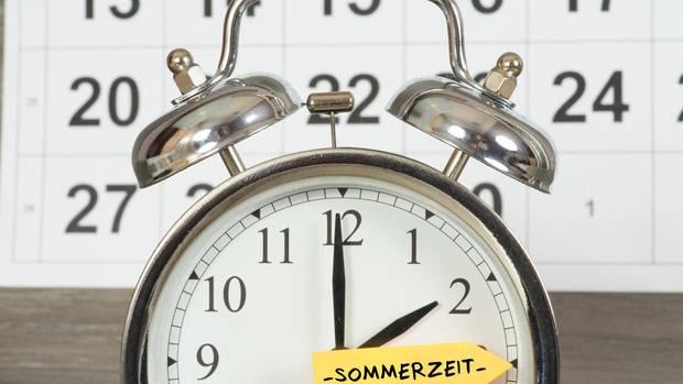 Auf einem Wecker ist die Uhrzeit zwischen zwei und drei markiert