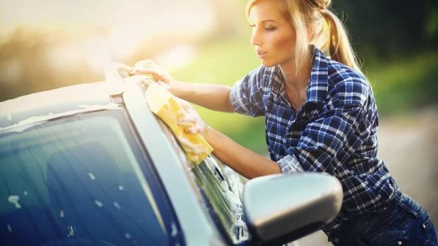 Nur Waschanlage genügt nicht, im Frühjahr ist Handarbeit angesagt.