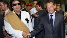 Nicolas Sarkozy im Juli 2007 in Libyens Hauptstadt Tripolis mit dem libyschen Machthaber Muammar al-Gaddafi