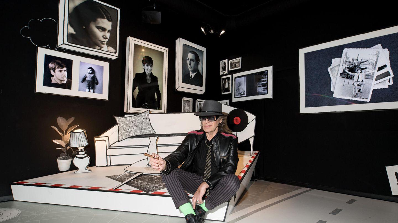 """Sitzt auf einem stilisierten Bett in der """"Panik City"""", Hamburgs neuester Attraktion auf der Reeperbahn: Rockstar Udo Lindenberg"""