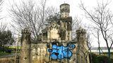 An den sonst trüben Bauwerken von Weltrang setzen inzwischen bunte Graffiti einige farbliche Akzente.