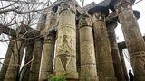 DerWanguo Park enstand vor 18 Jahren und wurde nie eröffnet. Jetzt blättern von den Betonsäulen des Karnak-Tempels die ersten Reliefs ab.