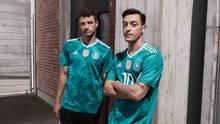 Thomas Müller und Mezut Özil (r.) posieren im neuen Auswärtstrikot der deutschen Fußball-Nationalmannschaft