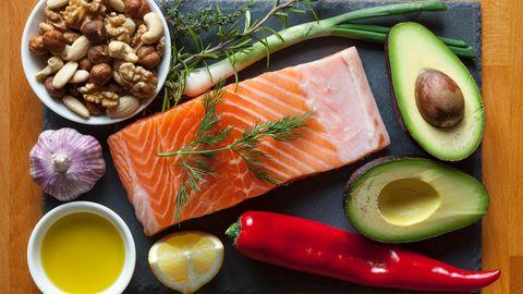 Eine Platte mit Fisch, Gemüse und Nüssen
