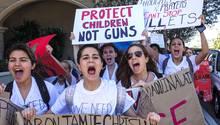 USA, Florida, West Palm Beach: Schüler demonstrieren mit Schildern gegen die aktuellen Waffengesetze in den USA