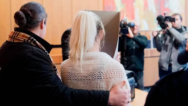 Die nun aus der JVA geflüchtete Frau (blond) wurde im März 2017 wegen Totschlags verurteilt