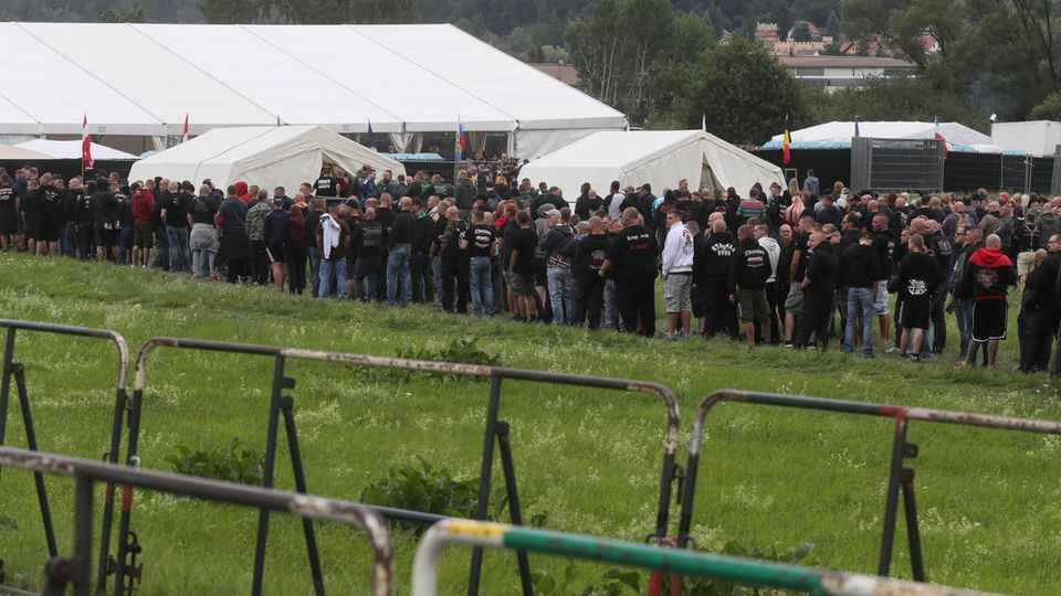 Neonazis auf einer Festivalwiese