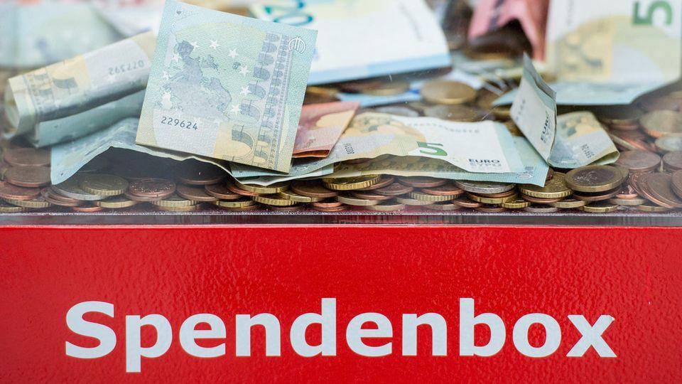 Spendenbox mit Geld