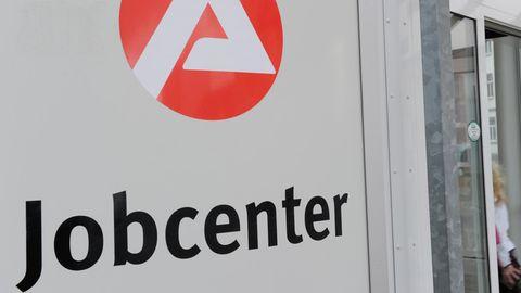 Logo der Arbeitsagentur am Eingang zu einem Jobcenter