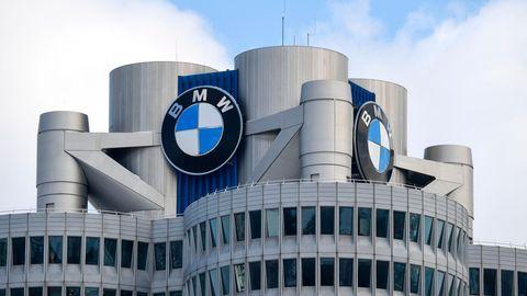 Unter leichten Wolken prangen an der BMW-Zentrale in München große Firmenlogos