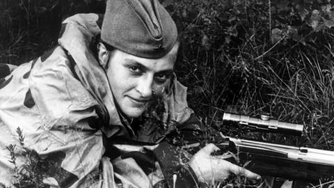 Nach dem Krieg soll Ljudmila Pavlichenko Probleme mit dem Alkohol gehabt haben.