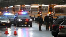 Schulbusse stehen vor der Great Mills High School in Maryland