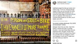 Das Plakat von Amanda Needham hängt an einem Zaun