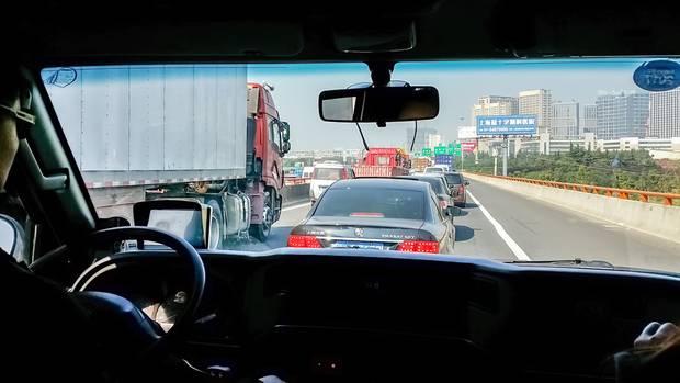 Wenn ein schwerer LKW auf einen Stau trifft, kann es zu schweren Unfällen kommen.