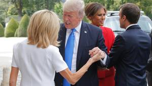 US-Präsident Donald Trump spricht vor dem Invalidendom in Paris mit Brigitte Macron