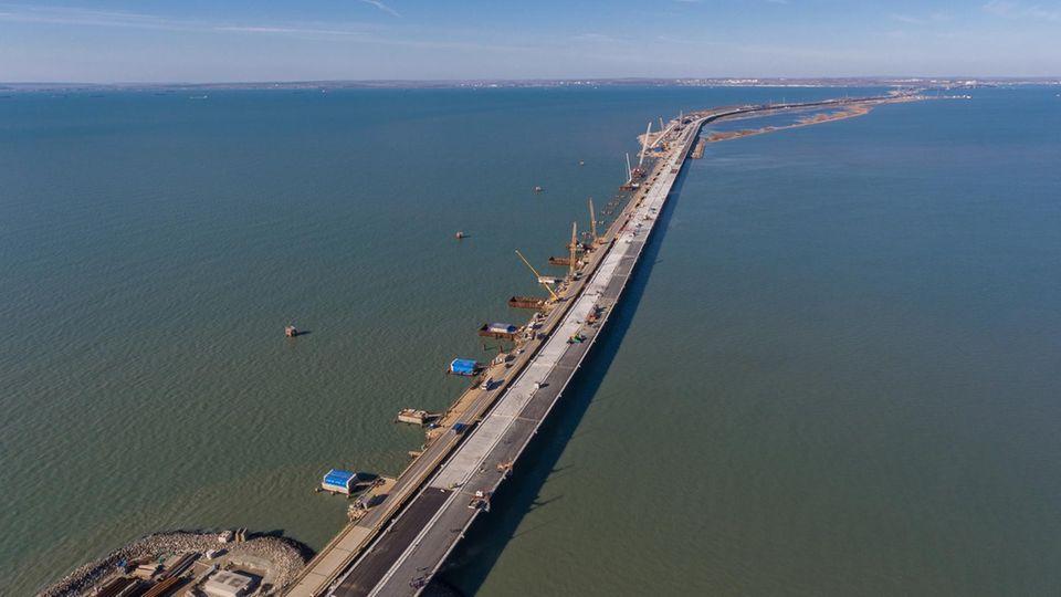 Offenbar soll die Brücke am 9. Mai, dem Tag des Sieges über Nazi-Deutschland, geöffnet werden.