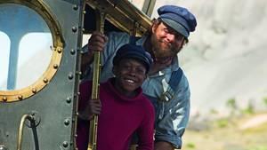 Henning Baum als Lukas, der Lokomotivführer mit Jim Knopf alias Solomon Gordon (12) und Lok Emma.
