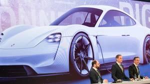Oliver Blume (M.), Vorstandsvorsitzender, Finanzvorstand Lutz Meschke (r.) and Pressesprecher Josef Arweck (l.) konnten für das vergangene Geschäftsjahr richtig gute Zahlen für Porsche präsentieren