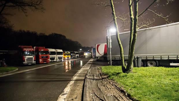 Samstagabend auf dem Rasthof Frechen bei Köln: während des Sonntagsfahrverbots das trostlose Quartier für Dutzende Trucker