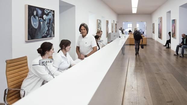 """Holz, Licht, Kunst, klare Linien: Der Lebensmittelpunkt von """"Mull"""", wie er seit Schultagen genannt wird, sind die Behandlungsräume an der Dienerstraße"""