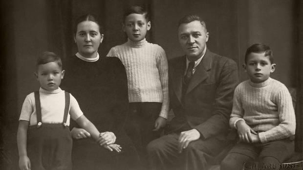 In guten und in schlechten Tagen: Müller-Wohlfahrt 1945 als Kind mit seinen Eltern und den größeren Brüdern