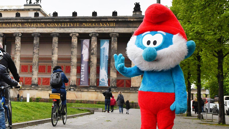 Papa-Schlumpf (Kostüm) steht auf einem Bürgersteig