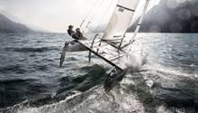 """Ganz in Ruhe Segeln auf dem Gardasee  Der Gardasee ist vor allem an seinem Nordufer ein traumhaftes Refugium für Segler und Surfer. Wo kann man sonst vor mediterran-alpiner Kulisse dem Wassersport nachgehen? Der Wind """"Ora"""" sorgt für eine verlässlich stetige Brise und es herrscht Ruhe: Das gesamte Nordufer ist für Motorboote gesperrt. Rund um den See gibt es reichlich Segelausrüster und Vermieter von Segelbooten aller Art."""