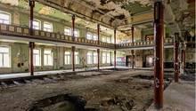 """Gesellschaftshaus Wintergarten in Gera  Es war einmal ein Ballsaal: In dem 1896 eröffneten Pfortener Gesellschaftshaus wurden über mehrere Generationen hinweg rauschende Feste gefeiert. Es gehört zu einem der 14 Objekte, die in dem Buch """"Geisterstätten - Vergessene Orte in Thüringen"""" vorgestellt werden."""