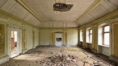 Jagdschloss Rathsfeld  Vorsicht, einstürzende Decke! Dieser Raum war einmal der fürstliche Salon. In das Anwesen zog im Sommer 1943, als in Berlin immer mehr Bomben fielen, das Rasse- und Siedlungshauptamt der SS ein.