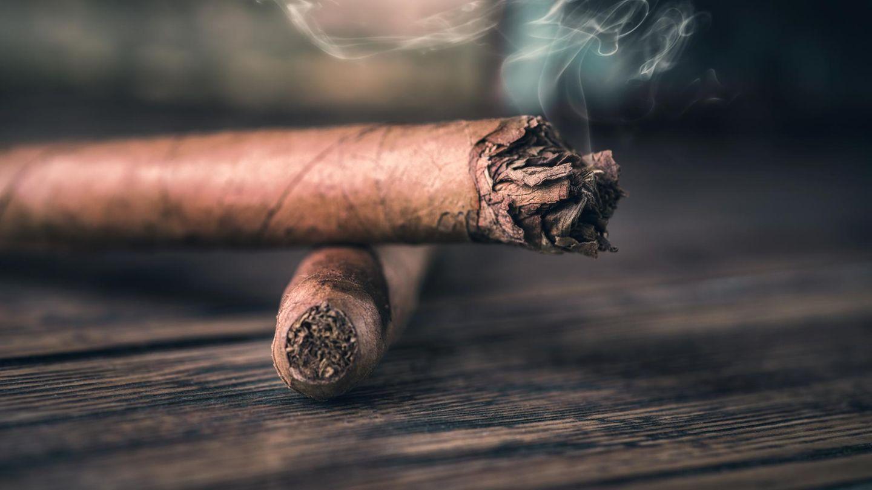 Zwei Zigarren liegen auf einem Tisch