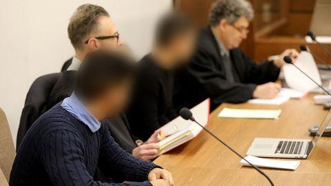 Die beiden Raser von Köln - hier bei einer Gerichtsverhandlung im Dezember - müssen nun doch ins Gefängnis