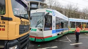 In Magdeburg kollidierte eine Straßenbahn mit einem Lkw