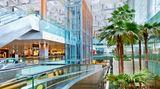 Platz 1: Singapore Changi (SIN)  Schon im sechsten Jahr in Folge steht bei den World Airport Awards der Flughafen desStadtstaates Singapurauf dem Siegertreppchen. Der Changi Airport ist damit der beste von insgesamt 550 internationalen Flughäfen, die zur Wahl standen. In Changi haben Singapore Airlines ihr Drehkreuz.
