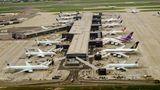 """Platz 8: London Heathrow (LHR)    Um einen Rang vorarbeiten konnte sich Europas größter Flughafen. Über die Jahre wurde die Infrastruktur immer mehr verbessert. Der Terminal T2, das neue Queens Terminal der Star Alliance, schaffte es in der Kategorie """"World's Best Airport Terminal"""" auf Platz 1, der Terminal 5, der ausschließlich von British Airways genutzt wird, auf Platz 4."""