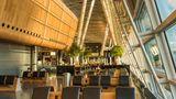 """Platz 9:Flughafen Zürich (ZRH)  Das Drehkreuz von Swiss international Air Lines ist weiterhin dabei und hat in diesem Jahr auch den Titel """"Best Airport 20-30 Million Passengers"""" erhalten."""
