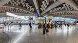 Platz 10: Flughafen Frankfurt (FRA)  Keine Veränderung gab es auf dem 10. Platz: Der Frankfurt Airport hat es bei der Skytrax-Umfrage wieder unter die Top 10 geschafft. Im Winterflugplan bieten 89 Fluggesellschaften Passagierflüge zu 262 Reisezielen in weltweit 100 Ländern an.