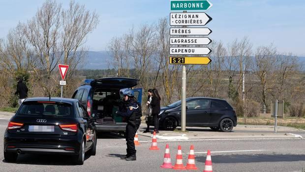 Die Polizei sperrt Straßen rund um den Vorfall in Trebes