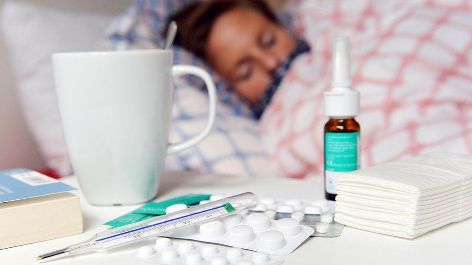 Frau bekämpft Influenza mit Medikamenten